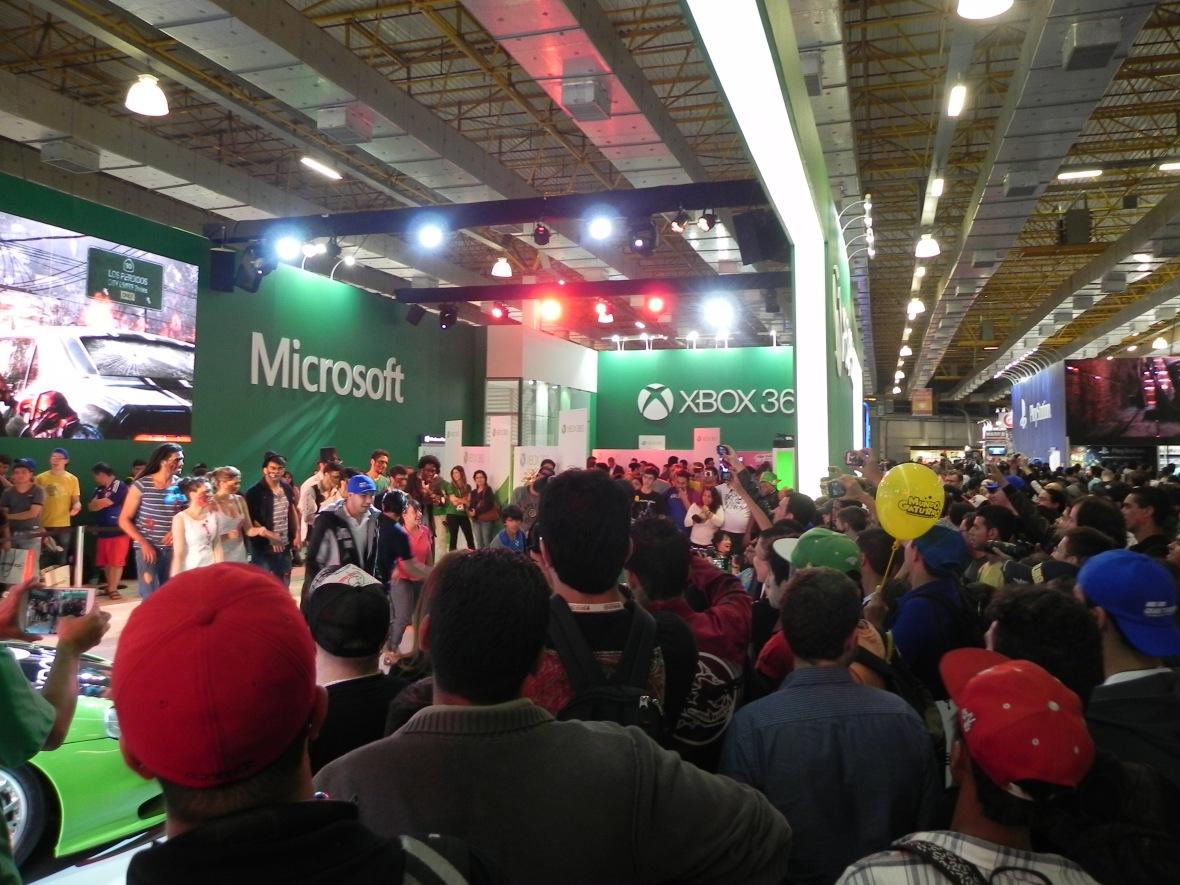 Filas para o estande Xbox One