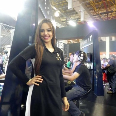 Booth_babe_gata_Activision_2015_BGS_2014